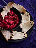 Rote-Bete-Hummus zu Halloween