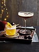 Whiskey Sour und Espresso Martini auf Tablett