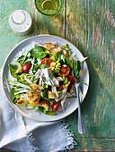 Spinatsalat mit pochiertem Huhn, Croutons und Buttermilchdressing