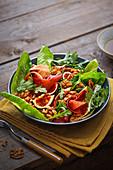 Feigen-Parmaschinken-Salat mit gerösteten Walnüssen und Ahornsirup-Cidre-Dressing