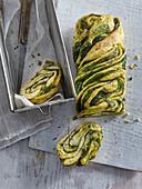 Hefebrot mit Spinat und Pesto