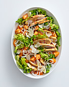 Gemischter Salat mit gebratener Hähnchenbrust, Melone und Minze