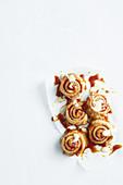 Roly Polies mit Marmelade, Golden Syrup und Vanillesauce
