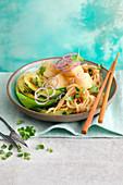 Asia-Nudeln mit Knusperfisch und Pak Choy