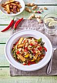 Marinierter Tofu mit chinesischen Nudeln und Chili