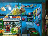 Lebensmittelladen auf einem Markt in Indonesien