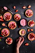 Shortbread-Törtchen mit Joghurt, Erdbeergelee und frischen Erdbeeren