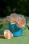 Rosenblüten im Kaffeebecher