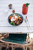 Bowl mit Rindfleisch, Gemüse, Sprossen und Spiegelei