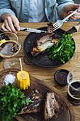 Gegrilltes Rindersteak mit Kräutersalat und Maiskolben
