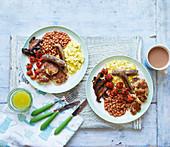 Veganes Frühstück mit Wurstersatz, Tofu und Baked Beans