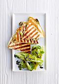 Quesadillas mit Frühlingszwiebeln und Guacamole-Salat