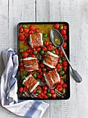 Kabeljau im Speckmantel aus dem Ofen mit Kirschtomaten und Oliven