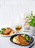 Schweinekoteletts mit Apfelwein-Wacholder-Sauce und Kartoffelpüree