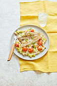 Gersenrisotto mit Lauch, Tomaten und gebratenem Kabeljau