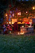 Romantische Efeulaube in Abendstimmung mit Lichterkette
