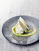 Frozen Joghurt mit Baiser und Avocadocreme