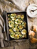 Zucchini-Kartoffel-Auflauf mit Schalotten, Knoblauchpüree und Kräutern