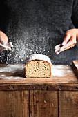 Sauerteigbrot wird mit Mehl bestäubt