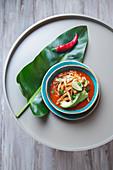 Azteken-Suppe (Suppe mit gebratenen Tortillastreifen und Avocado, Mexiko)