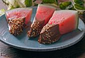 Wassermelone mit Schokoladenspitze zubereiten