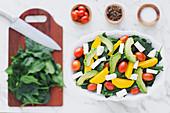 Spinatsalat mit Tomaten, Ziegenkäse, Kürbis und Avocado