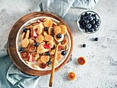 Pancake-Cerealien mit Früchten und Milch