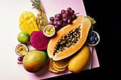 Stillleben mit exotischen Früchten, Trauben und Heidelbeeren