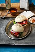 Auberginen-Bulgogi-Burger im Reismehl-Bun mit Chili-Mayonnaise