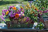 Bunter Strauß aus dem Bauerngarten mit Flammenblume, Ringelblume, Borretsch und unreifen Brombeeren in Tontopf