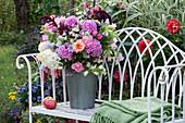 Duftender Spätsommerstrauß mit Phlox, Hortensien, Rosen, Glockenblumen, Amaranth und Feinstrahl