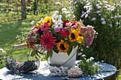 Spätsommerstrauß mit Sonnenblumen, Zinnien, Dahlien, Fetthenne, Löwenmäulchen, Rittersporn, Zieräpfeln und Herbstastern