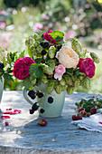 Kleiner Herbststrauß aus Rosen, Hopfen und Brombeere in Kaffeetasse