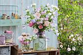 Pastelliger Strauß aus Rosen und Marienglockenblume