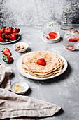 Ein Stapel Crepes mit Erdbeeren