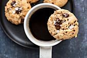 Chocolate Chunk Cookies mit Tahini und Meersalz zum Kaffee