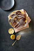 Bread Pudding mit Custard, serviert mit Orangenschalenbutter und Puderzucker