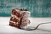 Ein Stück Schokoladenkuchen mit Kokos-Sahne