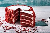 Red Velvet Cake auf Holztisch