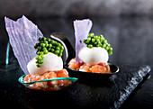 Probierlöffel mit Lachs, Käsebällchen und grünem Kaviar