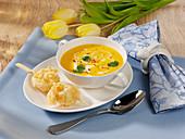 Möhren-Mango-Suppe mit Garnelenspießen