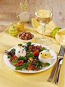 Osterküken auf hartgekochten Eiern auf Salat