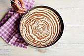 Streifenoptik mit Holzspieß in Cheesecake ziehen