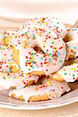 Donuts mit weisser Zuckerglasur und bunten Perlen
