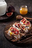 Fig bruschettas with cream cheese and honey