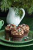 Schokoladencupcakes mit Zuckerstreuseln zu Weihnachten