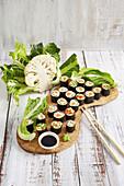 Blumenkohl-Sushi mit Möhren und Paprika