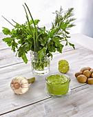 Grüne Sauce in Schälchen und Zutaten