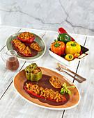 Gefüllte Paprika mit Gemüsehack und Rotweinsauce