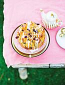 Pull Apart Cake aus Chelsea Buns auf Tisch im Garten